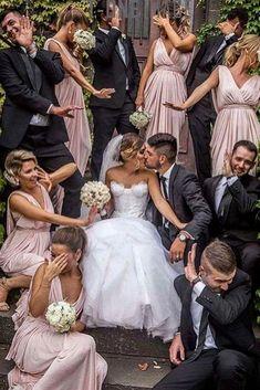 Funny wedding party photo ideas with bridesmaids and groomsmen Lustige Hochzeitsfest-Fotoideen mit Brautjungfern und Trauzeugen Funny Wedding Photography, Funny Wedding Photos, Wedding Pictures, Photography Ideas, Vintage Photography, Funny Photos, Funny Weddings, Photography Gallery, Portrait Photography