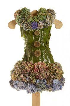 Moda ed ecologia 21 abiti fatti interamente di fiori, frutta, foglie ed erba - 4