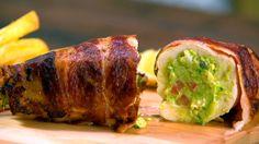 Receta con instrucciones en video: El pollo nunca puede fallar Ingredientes: 2 supremas de pollo, 8 fetas de tocino/panceta, sal y pimienta, Para el guacamole:, 4 aguacates maduros, 1 cebolla mediana picada, 1 tomate mediano (cortado sin semillas en cubos), 1 chile picado, Zumo de medio limón, Cilantro fresco