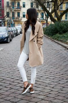 Frühjahr / Herbst - casual - weiße Skinny-Jeans, geringeltes Shirt, beiger Mantel, Slipon-Sneaker