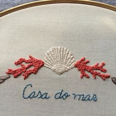 *english below* um pedacinho do mar cheio de riquezas: ponto atrás, haste, cheio e nó francês {A bit of sea full of riches: back stitch, stem stitch , satin stitch and French knot } #clubedobordado #wip