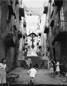 Naples, 1950. (© Sabine Weiss/Collection Stephen Daiter Gallery)