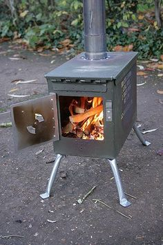 Camping Stove - A brilliant site with many in depth tutorials including the ammo stove for inside the bell tent. This young man is very gifted and deserves widespread acknowledgement for his efforts. Camping Survival, Survival Prepping, Survival Gear, Survival Skills, Camping Tips, Survival Stove, Survival School, Small Wood Burning Stove, Ammo Cans