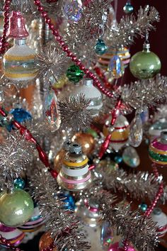 50 New ideas for vintage christmas tree decorations mom Silver Christmas Tree, Old Christmas, Antique Christmas, Vintage Christmas Ornaments, Christmas Tree Decorations, Christmas Holidays, Xmas Tree, Christmas Greetings, Glass Ornaments