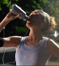You can even get better results from your workouts by including a post-workout recovery drink in your routine. Here are 3 of the best post-workout drinks. How To Run Faster, How To Run Longer, Troubles Digestifs, Dynamic Stretching, Sports Drink, Romantic Photos, Post Workout, Hard Workout, Training