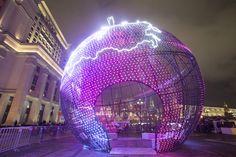 Гигантский ёлочный шар высотой 17 метров на Манежной площади в Москве. Фото: Виталий Белоусов/РИА Новости