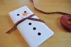 Tabletas de chocolate convertidas en muñecos de nieve para regalar en Navidad | Elenarte