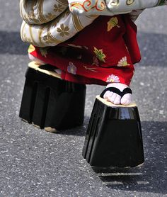 "Maiko (geisha in training) wear distinctive tall geta (geisha shoes) called ""okobo"". Japanese Beauty, Japanese Style, Japan Kultur, Samurai, All About Japan, Geisha Art, Memoirs Of A Geisha, Turning Japanese, Art Japonais"