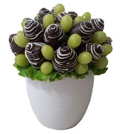 Chocolate Strawberry  arrangement Edible Fruit Arrangements, Edible Bouquets, Gourmet Candy Apples, Apple Cake Pops, Fruit Gifts, Chocolate Dipped Strawberries, Edible Food, Chocolate Bouquet, Candy Bouquet
