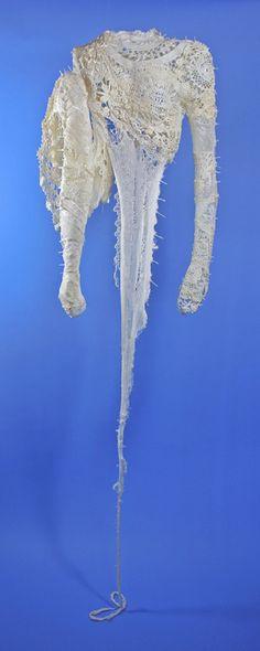 Titel: Huid. Materiaal: textiel. Hoogte 1,7 m. Kunstenaar: Jacqueline van Bergeijk
