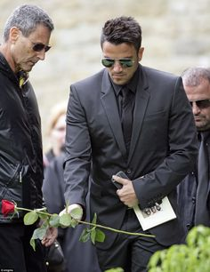 Robin Gibb funeral: Bee Gees singer's family and friends turn out to bid him a final farewell | Mail Online