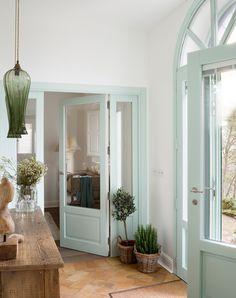 Recibidor con puertas acristaladas pintadas en verde candy_ 00455028