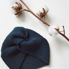 on premier tricot fini ! Crochet Headband Free, Diy Headband, Knitted Headband, Diy Crochet, Knitted Hats, Marie Claire, Tricot Baby, Retro Stil, Knitting Yarn