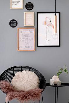   Stoel met vacht en kussen en aan de muur posters als muurdecoratie   chair with plaid and pillow and posters as wall decoration   Bloomingville