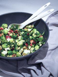 Rosenkålssalat med tranebær og æbler - Home by Bianca Wok, Sprouts, Vegetarian Recipes, Snacks, Vegetables, Foods, Drinks, Period, Food Food