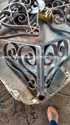 A base de ferro que desenhei já executada pelo ferreiro.