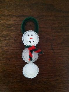 Beer Cap Snowman Ornament - Soriano this is for you :) Christmas Art, All Things Christmas, Winter Christmas, Christmas Decorations, Christmas Ornaments, Xmas, Bottle Cap Crafts, Bottle Caps, Diy Arts And Crafts
