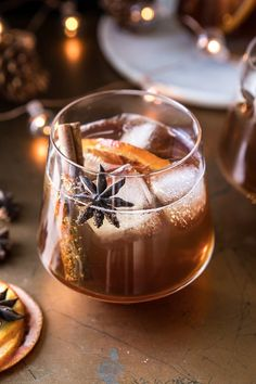 Vanilla Chai Old Fashioned. Cozying up with this Vanilla Chai Old Fashioned. Homemade spiced chai simple syrup, mixed with warming bourbon, winter citrus, a touch of va Bourbon Cocktails, Winter Cocktails, Christmas Cocktails, Holiday Cocktails, Cocktail Recipes, Whiskey Cocktails, Bourbon Drinks Winter, Fall Wedding Cocktails, Craft Cocktails