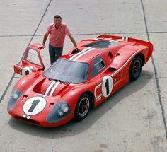 Carroll Shelby posa com o GT40 Mark IV vencedor das 24h de Le Mans em 1967.