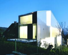 Auf nur 460m² ist dieses Einfamilienhaus entstanden: es bietet ein optimales Energiekonzept, genügend Privatsphäre und das alles auf Low-Budget-Haus-Niveau!
