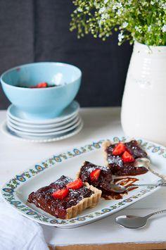 Tarta vegana cu ciocolata si capsuni Breakfast Dessert, Breakfast Ideas, Gastro, Fondant, Waffles, Desserts, Food, Pie, Atelier