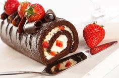 Chocolate and strawberry gateaux with serving slice, reflection of cake in cutter Food Cakes, Cake Recept, Chocolate Roll Cake, Victoria Sponge Cake, Chocolate Strawberries, Food Design, Diy Food, Food And Drink, Cooking Recipes