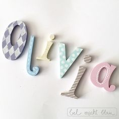 Ich liebe Pastelltöne! Verzierte Holzbuchstaben für die Kinderzimmertür