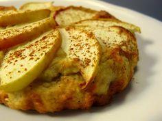 Low-carb-Apfelkuchen -paleo/lowcarb Rezept Zwischendurch - Gesund Abnehmen! Low carb, wenig Kohlenhydrate und viel Fett! Ein leckerer Apfelkuchen, low-Carb & paleo geeignet. Statt einen große Form, kann der Teig auf mehrere kleine Förmchen aufgeteilt werden, aber auch Muffins sind damit machbar. Der geringe Kohlenhydratwert pro Portion ergibt sich durch die Verwendung von Mandelmehl, lediglich 1 Apfel und wenig Zucker. So geht´s: Den Backofen auf 140 Grad Ober/Unterhitze vorhe...