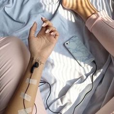 Music is life *-* ♫ ♩ on We Heart It Grunge Photography, Portrait Photography Poses, Photography Poses Women, Creative Photography, Emotional Photography, Aesthetic Photo, Aesthetic Pictures, Fotografia Grunge, Creation Photo