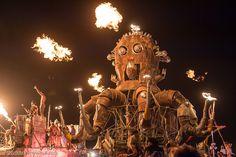 Burning Man - это идеальный мир, где все люди друг другу братья. Здесь запрещено хождение денег. Нельзя ничего купить, кроме чашечки кофе или чая в Центральном лагере. Зато все вас пытаются постоянно чем-то угостить, напоить или сделать что-то хорошее для окружающих. Большинство бёрнеров строят тематические лагеря - кто-то бесплатно чинит велосипеды, кто-то раздает мороженое по утрам, кто-то притащил с собой спутниковый интернет и устроил точку wi-fi без какого-либо пароля. Более того…