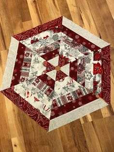 super Ideas for patchwork christmas crafts Xmas Tree Skirts, Christmas Tree Skirts Patterns, Crochet Christmas Trees, Christmas Tree With Gifts, Christmas Sewing, Christmas Tree Toppers, Christmas Crafts, Christmas Placemats, Christmas Quilting