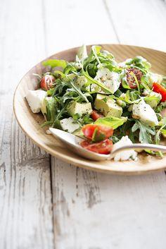 Salade van mozzarella, kerstomaatjes en avocado • Nooit meer diëten