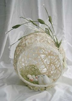Pin by Ewa Mach on wielkanoc Spring Crafts, Holiday Crafts, Balloon Crafts, Basket Crafts, Diy Ostern, Newspaper Crafts, Easter Projects, Easter Crochet, Egg Art