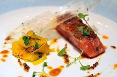 Le Saumon - le dos rôti mi-cuit aux graines de moutarde, tagliatelle de mangue à l'hile pimentée.