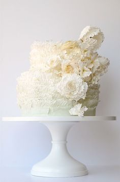 For the bride who loves ruffles, this white wedding cake by Maggie Austin is so gorgeous.