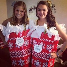 Here are ten creative and unique Christmas outfits that look amazing and will inspire your holiday festivities! Here are ten creative and unique Christmas outfits that look amazing and will inspire your holiday festivities! Christmas Present Costume, Funny Christmas Costumes, Xmas Costumes, Diy Costumes, Christmas Humor, Christmas Gift Bags, Homemade Christmas, Christmas Diy, Christmas Scenes