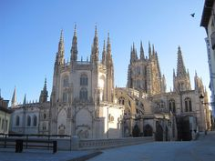 Burgos Catedral desde Fernán González Classical Architecture, Barcelona Cathedral, Spain, Building, Travel, Quotes, Medieval Town, Travel Guide, Temples