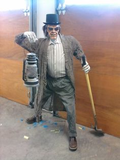 Plans for Cemetery Caretaker, I so need someone to dress like this guy and be in the graveyard Halloween Graveyard, Halloween Haunted Houses, Creepy Halloween, Halloween 2017, Halloween Projects, Halloween House, Haunted Graveyard, Halloween Camping, Haunted Hotel