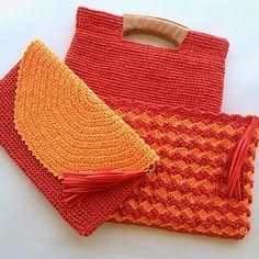 No photo description available. Mochila Crochet, Crochet Pouch, Free Crochet, Knit Crochet, Crochet Handbags, Crochet Purses, Crochet Tools, Crochet Projects, Yarn Bag