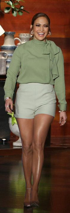 Who made  Jennifer Lopez's green bow top, shorts, and pink velvet pumps?