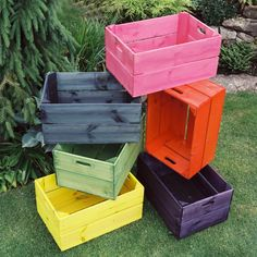 Caixotes para o trabalho de decoração Wooden Crates Projects, Wooden Crafts, Wood Boxes, Pallet Boxes, Pallet Art, Laundry Equipment, Pallet Furniture, Recycled Furniture, Furniture Makeover
