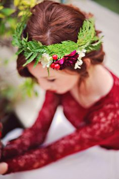 Stunning festive winter wedding flower crown! Check out the post for more gorgeous styles like this one!