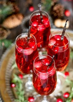 Beverages / Da bere This vanilla cranberry mimosa cocktail is perfect for winter brunches, Christmas, and holiday and New Year's Eve parties! This drink recipe only requires 3 ingredients and is very easy to make. Christmas Drinks, Holiday Cocktails, Cocktail Drinks, Fun Drinks, Yummy Drinks, Cocktail Recipes, Alcoholic Drinks, Beverages, Easy Cocktails