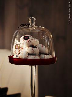 Maak van het eten zelf een opvallend decorstuk en serveer het onder een stolp. Versterk het dramatische sfeertje door de schotels op verschillende hoogtes te zetten. #Halloween #DIY