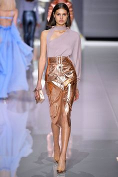 See all the Collection photos from Ralph & Russo Spring/Summer 2018 Ready-To-Wear now on British Vogue Fashion Week 2018, Summer Fashion Trends, Spring Fashion, Fashion 2020, Metal Fashion, High Fashion, Fashion Show, Fashion Design, Fashion Fashion