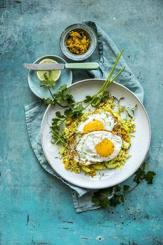 Perlegryn eller middagsgryn - forkokte, smakfulle gryn med kort koketid - er et godt alternativ til ris og pasta. Her er de spennende krydret og toppet med speilegg.