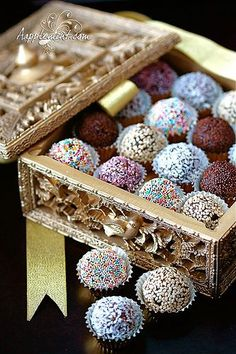 Absolutely gorgeous date balls for a modern twist on a truly ancient recipe