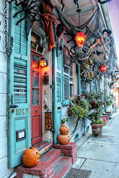 Halloween in the French Quarter - New Orleans. Halloween in an excellent time to visit New Orleans, lots to do and see! Halloween Tipps, Fete Halloween, Holidays Halloween, Happy Halloween, Halloween Decorations, Halloween City, Halloween Bedroom, Halloween Wishes, Halloween Window