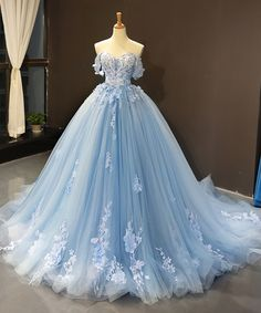 blue wedding dresses boho off the shoulder lace appliqué flowers elegant bal… blaue Brautkleider Boho aus der Schulter Spitze Applique Blumen elegante Ballkleid Brautkleider Senior Prom Dresses, Pretty Prom Dresses, Blue Evening Dresses, Blue Wedding Dresses, Light Blue Quinceanera Dresses, Sky Blue Dresses, Dress Prom, Quincenera Dresses Blue, Vintage Prom Dresses
