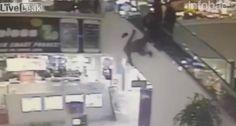 Mientras escapaba de los agentes en unshopping de Miami,  un hombre cayó al vacío y golpeó su cabeza contra el suelo.  Las cámaras del centro comercial registraron el momento.  Fuente: